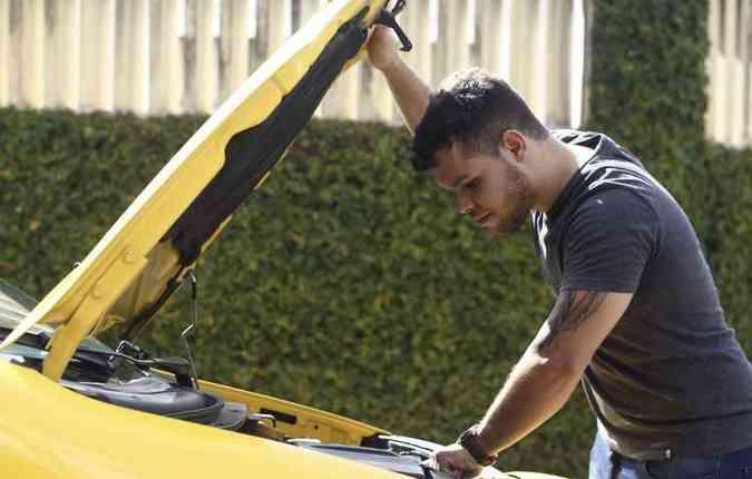 Ygor Souza, estudante, pretende trocar de carro por conta do motor(foto: Mandy Oliver/Esp. DP)