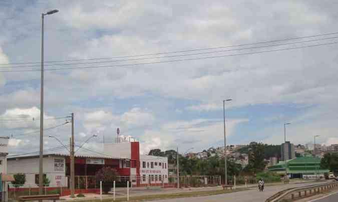 Na MG-431, onde há uma universidade às margens da estrada, há poucos postes remanescentes(foto: Bruno Freitas/EM/D.A Press)