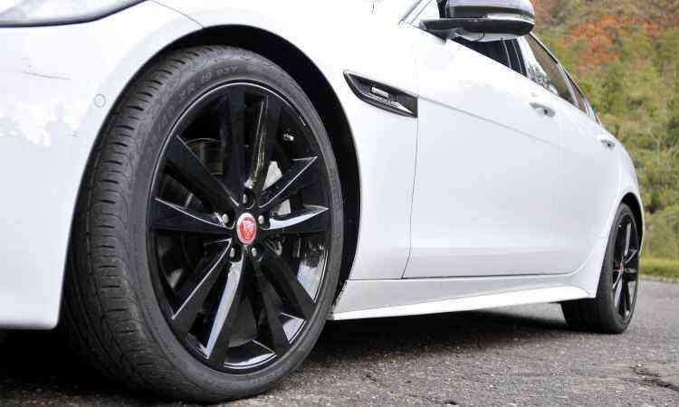 Pneus traseiros são mais largos do que os dianteiros e montados em rodas aro 19 polegadas -