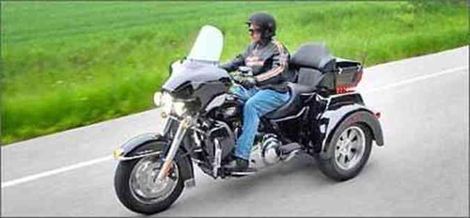 A carenagem, tanque e pára-brisa são os mesmos da Electra Glide, em que foi baseada(foto: Fotos: Harley-Davidson/Divulgação)