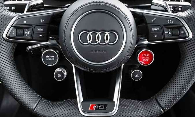 O volante concentra os principais comandos, para o motorista não desviar a atenção da direção(foto: Audi/Divulgação)