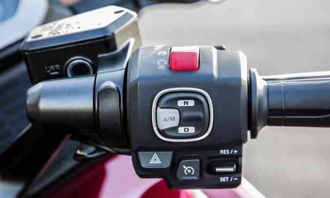 As trocas de marchas podem ser feitas manualmente, através de comandos no guidão(foto: Honda/Divulgação)