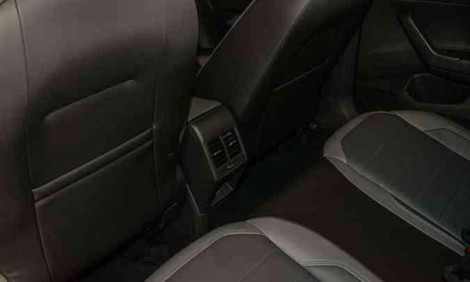 Quem senta atrás conta com iluminação de teto, saídas de ar-condicionado e apenas uma entrada USB(foto: Jorge Lopes/EM/D.A Press)