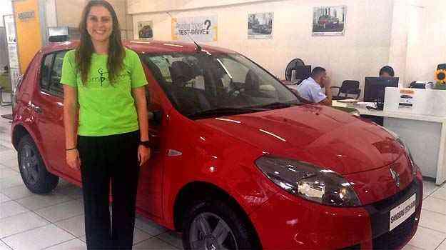 A bailarina Carolina Vieira Pinto da Cunha analisa a compra de um Sandero Tech Run na concessionária Renault Minas France  - Marcus Celestino/EM/D.A PRESS