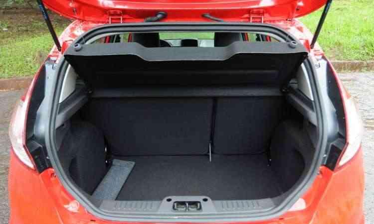 Com 281 litros de capacidade, o porta-malas não está entre os maiores do segmento - Leandro Couri/EM/D.A Press