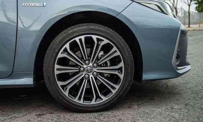 As rodas são de liga leve de 17 polegadas, calçadas com pneus na medida 225/45 R17(foto: Jorge Lopes/EM/D.A Press)