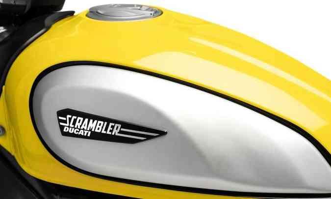 O tanque de combustível ganhou capas laterais removíveis em alumínio(foto: Ducati/Divulgação)
