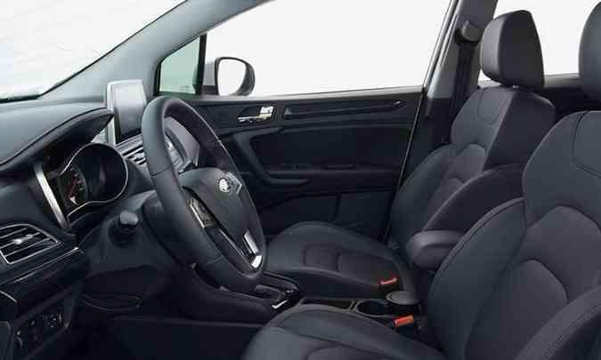 Os bancos são confortáveis, mas o volante só tem ajuste de altura, além de ser multifuncional(foto: JAC/Divulgação)