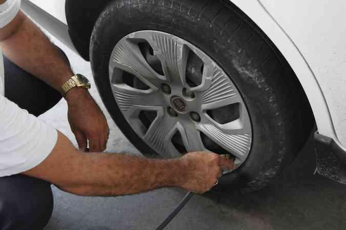 Um local adequado e com calibrador aferido é essencial para o bom funcionamento do pneu, além de realizar de forma correta o procedimento (foto: Ricardo Fernandes / DP)