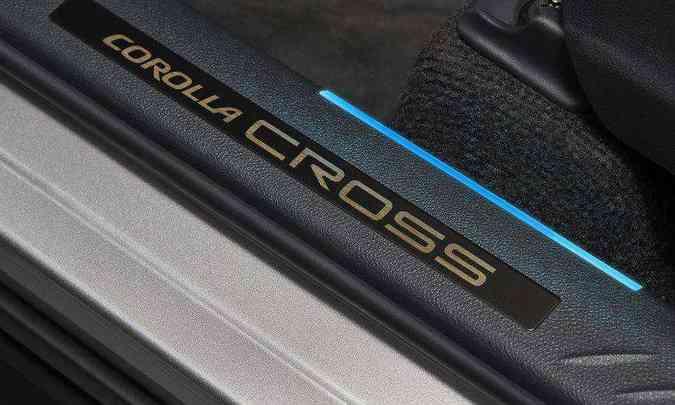 As soleiras das portas trazem o nome do modelo e a indicação na cor azul de que é a versão híbrida(foto: Toyota/Divulgação)