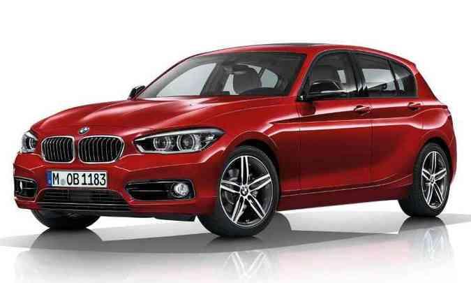 Série 1 hatch tem motor longitudinal e tração traseira, com rodas mais à frente do que o novo três volumes(foto: BMW/Divulgação)