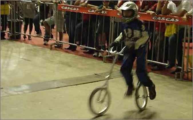 Jean faz um número com dois monociclos, que funcionam como uma bicicleta sem quadro