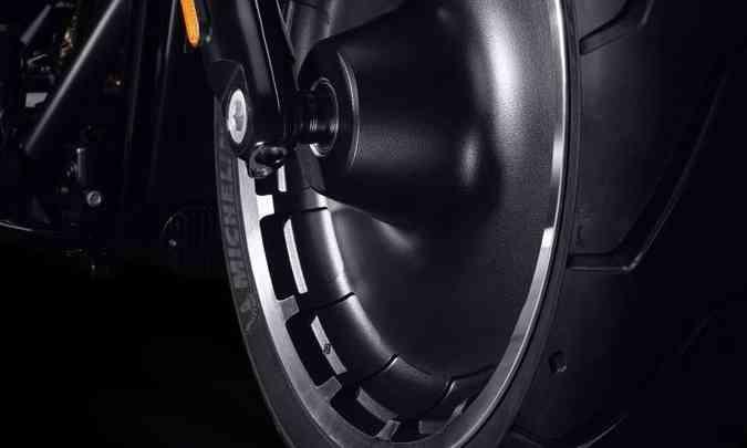 As rodas em alumínio fundido são maciças, com detalhes usinados(foto: Harley-Davidson/Divulgação)