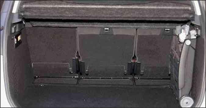 Porta-malas leva a bagagem sem arrumação(foto: Jorge Gontijo/EM/D.A Press )