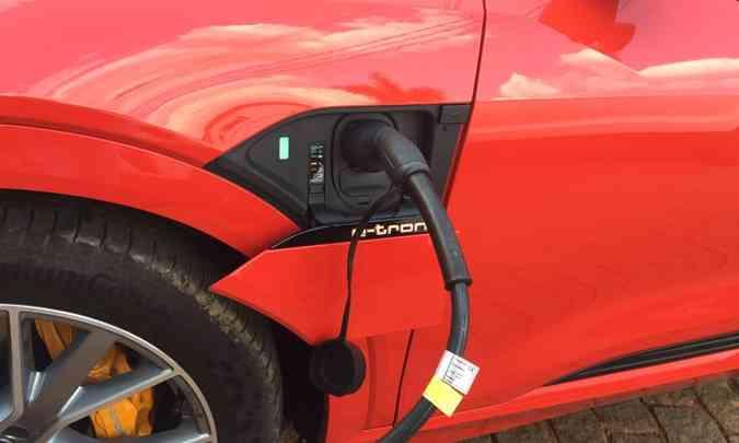 O conector de carregamento tem tampa que se abre eletricamente(foto: Enio Greco/EM/D.A Press)