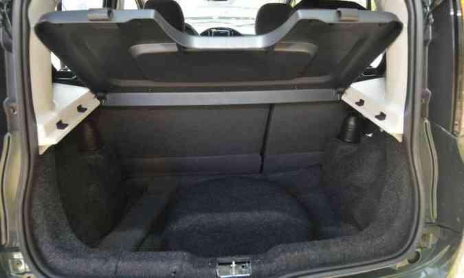 Porta-malas tem apenas 280 litros, mas é compatível com o tamanho do hatch(foto: Jair Amaral/EM/D.A Press)