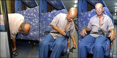 O mecânico Adelzito de Souza Araújo procura o cinto e faz malabarismos para conseguir passá-lo para cima do banco e finalmente encaixar o dispositivo para chegar com segurança a Juatuba, na Região Metropolitana de BH - Fotos: Beto Novaes/EM - 21/11/07