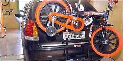 Problemas de ajuste no transbike são rodas ultrapassando a largura do carro e pouca visibilidade da placa - Beto Magalhães/EM - 15/2/07