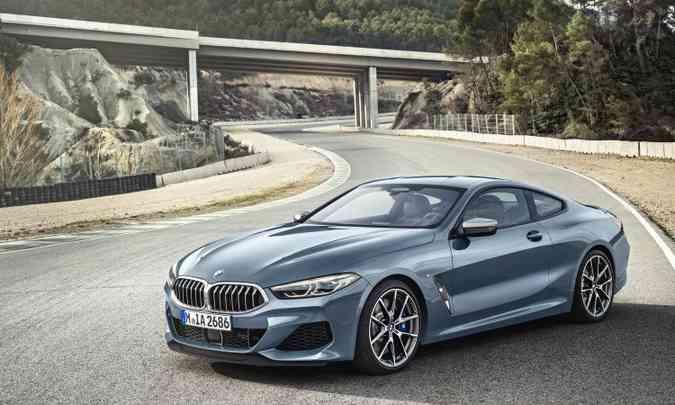 Com linhas fluidas e formas aerodinâmicas, modelo tem duas opções de motor, de 320cv a diesel e 530cv a gasolina(foto: BMW/Divulgação)