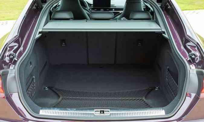 O porta-malas do Audi RS 5 Sportback tem espaço suficiente para a bagagem da família(foto: Audi/Divulgação)