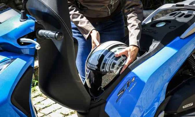 O porta-malas embaixo do banco comporta um capacete fechado(foto: Honda/Divulgação)