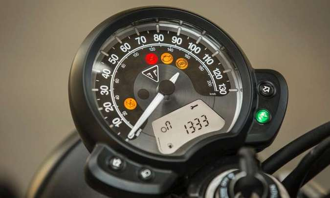 O painel tem relojão único equipado com indicadores analógicos e digitais(foto: Gustavo Epifânio/Triumph/Divulgação)