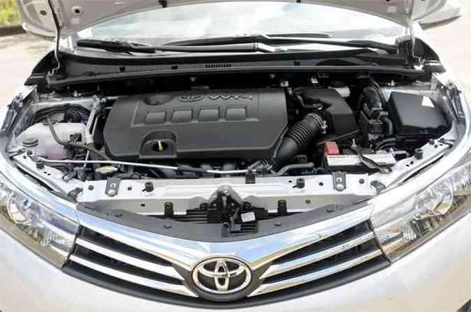 O motor 2.0 16V preenche bem o vão e o acesso à manutenção é limitado a vários componentes(foto: Jair Amaral / EM / D.A Press)