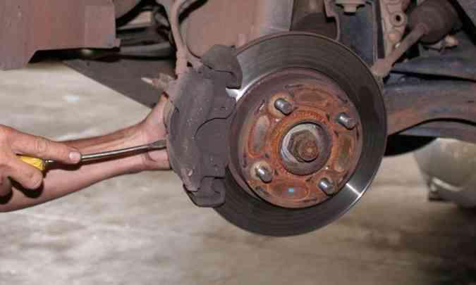 Direção puxando para um lado pode ser indicativo de problema no sistema de freio(foto: Marlos Ney Vidal/EM/D.A Press - 23/11/05)