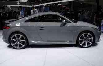 O novo Audi TT RS abriga o mesmo motor 2.5 turbo do modelo RS3, mas agora irá desenvolver 395 cv %u2013 antes eram 362 cv(foto: Joint Photographic Experts Group / Divulgação)