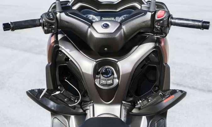 Dois porta-luvas no escudo frontal acomodam e recarregar o celular(foto: Yamaha/Divulgação)