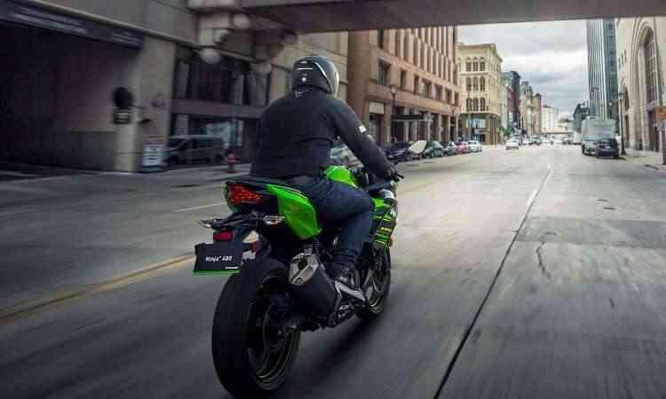 O modelo ganhou novo escapamento e câmbio de seis marchas - Kawasaki/Divulgação