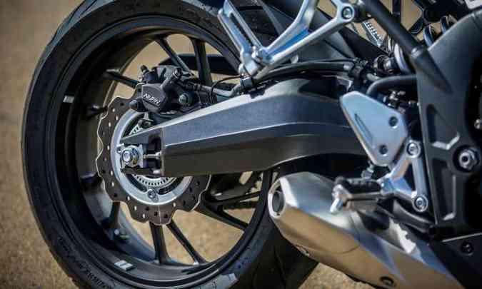 A balança da suspensão traseira foi aperfeiçoada, é morregulável na pré-carga, com 128mm de curso(foto: Caio Mattos/Honda/Divulgação)