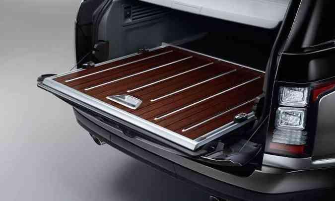 Basculante, base do porta-malas é revestida em madeira nobre(foto: Land Rover/Divulgação)