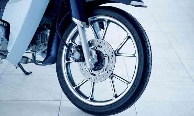As rodas modernas são de liga leve e os freios a disco(foto: Honda/Divulgação)