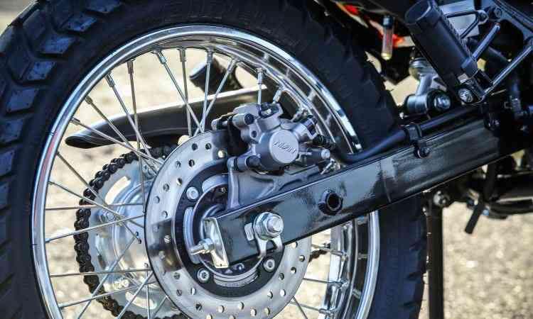 Na roda traseira, disco com circuito hidráulico que aciona pinça auxiliar instalada na dianteira - Caio Mattos/Honda/Divulgação