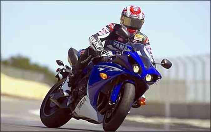 O motor quatro cilindros em linha foi inspirado nas motos de competição(foto: Fotos: Yamaha/Divulgação)