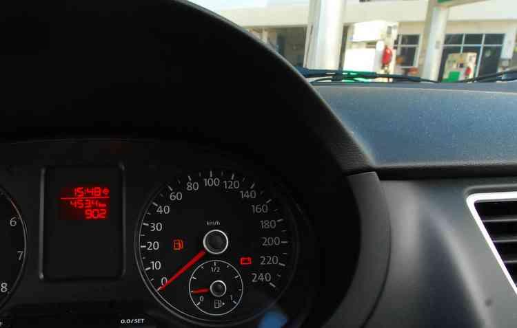 Circular com o carro na reserva pode afetar o sistema de alimentação do motor e reduzir sua vida útil. Foto: Ricardo Fernandes / DP -