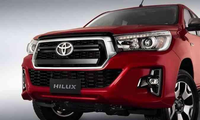 Mudanças foram na dianteira: grade hexagonal com três barras horizontais e o novo desenho do para-choque(foto: Toyota/Divulgação)