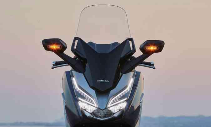 A iluminação é em LED, com as setas dianteiras integradas aos retrovisores(foto: Honda/Divulgação)