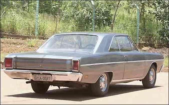Além dos quase cinco metros de comprimento, os números do motor desse Dodge Dart cupê 1973 são superlativos: V8 de 5.212cm³ de cilindrada e 41,5 kgfm de torque e máxima declarada de 170 km/h