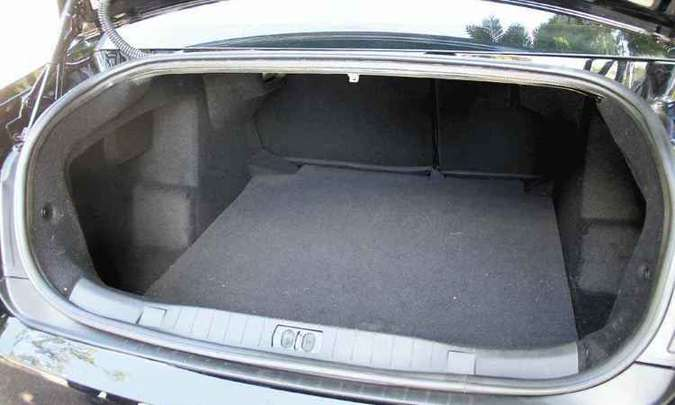 Tampa do porta-malas usa molas a gás em vez das alças(foto: Marlos Ney Vidal/EM/D.A Press )