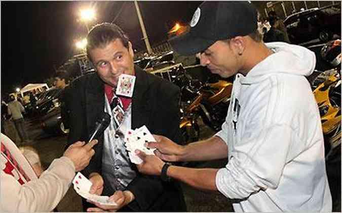 O mágico Léo brinca com participantes do Mega Quinta