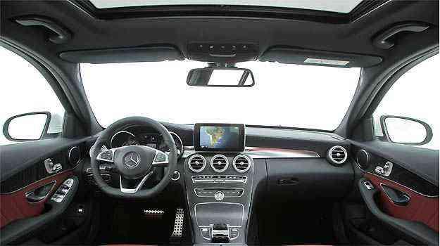 Interior da versão C 250 tem opção de couro vermelho e elementos AMG, explorando a esportividade -
