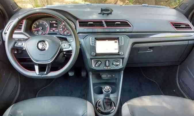O painel da picape VW foi renovado e traz alguns apliques(foto: Pedro Cerqueira/EM/D.A Press)