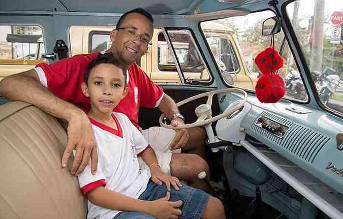 Kombi Luxo 1970 - O carro é o xodó do bancário Helbert Rafael Silva Pinto e o filho João Gabriel(foto: Thiago Ventura/EM/D.A Press)
