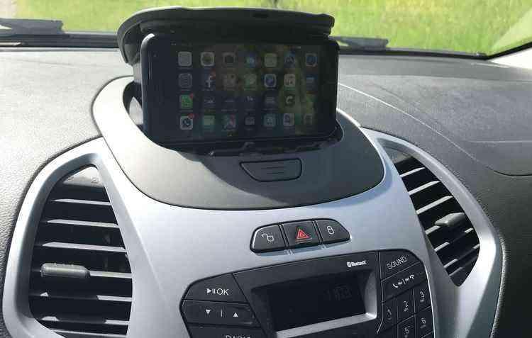 Som MyConnection com comando de voz, compartimento para o celular no painel e cinto de segurança de três pontos - Jorge Moraes / DP