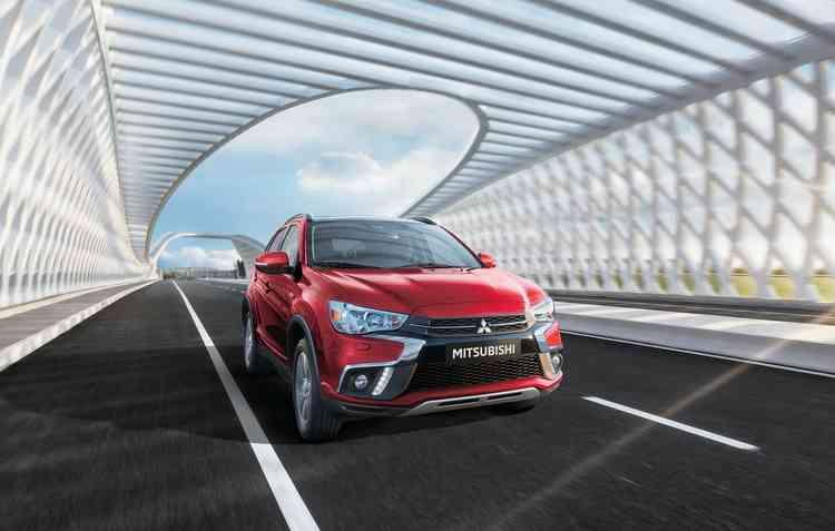 Grade frontal foi atualizada e modelo ganhou novos faróis. Foto: Mitsubishi / Divulgação -