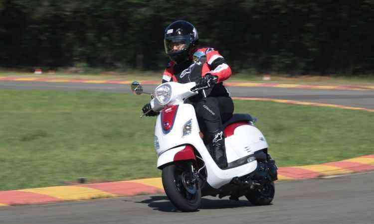 O motor tem um cilindro, com 10,4cv de potência e alimentação por carburador - Mario Villaescusa/Dafra/Divulgação