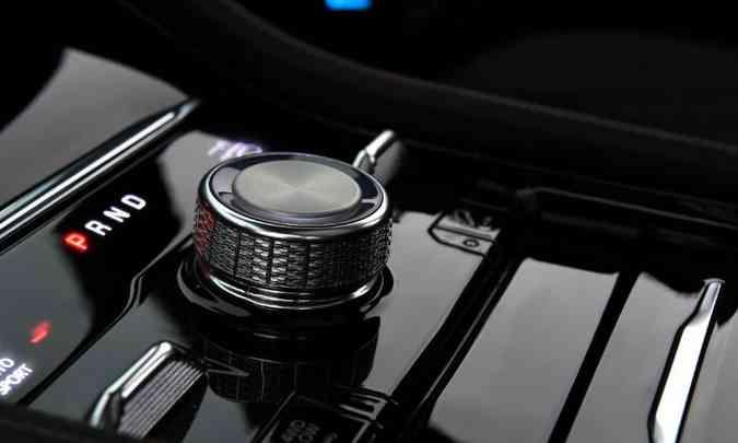 O modelo tem câmbio automático de oito velocidades, com seletor giratório(foto: Jeep/Divulgação)