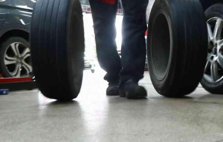 É possível rodar com o pneu avariado sem trocar na hora. Foto: Shilton Araújo / Esp. DP -